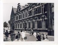 578051 Schoolkinderen in de Kerkstraat, met rechts huize Bartholomeus, 1955-1965