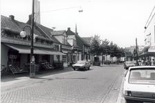 578157 Emmastraat, met links vooraan Groenten en Fruitwinkel van Jan van de Rijt, 1980