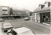 578178 Zicht op winkelcentrum Midas vanuit de Kleine Marktstraat, rechts de winkel van Patesserie Hoes, 1980