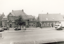 578287 Markt, gezien vanaf het bordes van het gemeentehuis. Links het postkantoor en rechts café Jan van Hoek, 1980