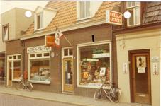578305 Winkel en kapper aan de Prins Bernhardstraat, 1976