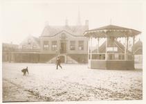 576019 Marktplein met gemeentehuis en achter de kiosk; schildersbedrijf en café Knapen, 1920