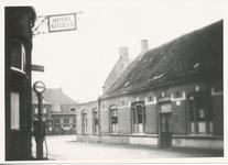576022 Hoek Molenstraat-Markt, met links Hotel Gitzels en schilderbedrijf en café Knapen, 1930