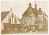 576024 Koopdag op de Markt, met rechts gemeentehuis en links Hotel de Arend, 1925-1935