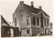 576033 Markt met gemeentehuis, 1920