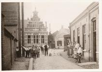 576036 Kleine Marktstraat met op de achtergrond de openbare school en koekfabriek de Drie Kroonen van Jean Hoefnagels, ...