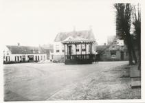 576038 Afbraak van hotel de Arend, met achter de kiosk het gemeentehuis en links de Amsterdamsche Bank, 1938