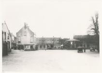 576040 Markt, met vanaf links de Amsterdamsche Bank, het gemeentehuis, Piet de Wit, café de Markt en de kiosk, 1938