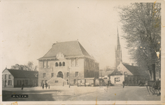 576041 Markt in 1943, met gemeentehuis, links Amsterdamsche Bank, rechts café de Peelpoort, 1943