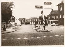 576047 Markt met rechts gemeentehuis, 1960