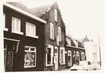 576229 Emmastraat met Vivowinkel, links daarvan kapper Van Nistelroij, helemaal rechts Bakkerij Hoes, 1963