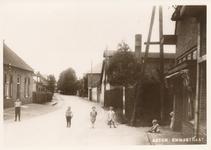 576241 Emmastraat met de bakkerij van T. Joordens en daarachter de Astein brouwerij, 1930
