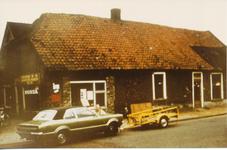 576245 Rijwielhandel Th. Verstappen, rechts van de rijwielhandel was naaimachinehandel Van de Bercke , 1975