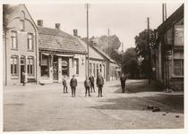 576289 Stationsstraat, met links de herberg en horlogerie van P.J. van Bussel, het 2e pand van links is de bakkerij van ...