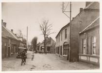 576295 Stationsstraat met op de achtergrond bakkerij en café Frans Eijsbouts, 1925