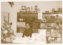 576304 Cato Eijsbouts in haar winkeltje aan de Prins Bernhardstraat, 1970