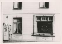 576762 Fietsenwinkel, met benzinepomp, van A. Verdijseldonk, Prins Bernhardstraat, 1955