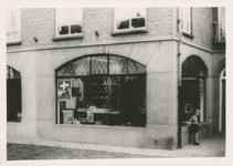 576775 Rijwiel - fietsenwinkel van Johan Mennen, Burgemeester Wijnenstraat, 1955