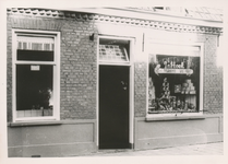 576786 Groente-, fruit- en viswinkel van J. van Hoek, Emmastraat, 1955