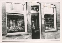576790 Groente en fruitwinkel van Theo van Bussel, Emmastraat, 1955