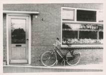 576794 Groente- en fruitwinkel van M. van Oosterhout, Emmastraat, 1955