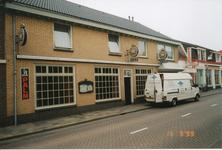 576865 Café De Kroon, Emmastraat, met ervoor een bestelauto van de Pianoexpert en rechts de Keurslager, 1999