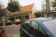 576871 Café Zaal Jan van Hoek, Markt, met rechts Winkelcentrum Midas, 1999