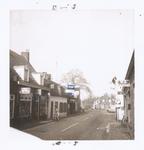 576913 Prins Bernhardstraat, met links achteraan electrozaak Jeuken, 1983