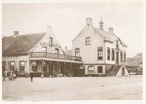 576925 Markt, met links Hotel de Arend en rechts het gemeentehuis, 1920-1939