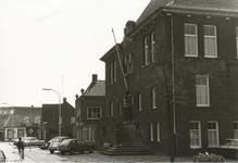 576931 Markt, met op de voorgrond het gemeentehuis, daarachter de Amro-bank en achteraan bakkerij Hoes, 1960-1980