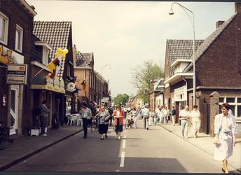 577496 Burgemeester Wijnenstraat tijdens de festiviteiten van de heropening van het gemeentehuis, gezien in de richting ...