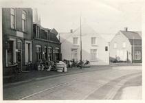 577659 Emmastraat met van links huis van Willem Bekx, winkel van Van Bussel en daarlangs de bakkerij van Hoes, 1957