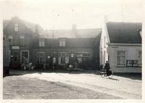 577660 Vooraanzicht vanuit de Markt met vanaf links huis Willem Bekx, winkel van Van Bussel en rechts bakkerij Hoes, 1957