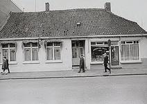 27595 Hoogstraat, met de groenten-fruit en vishandel op nr.112 en het café De Gouden Bal op nr.112a, 03-1972