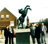 231300 Onthulling van beeld Bronzen Paard bij de heropening van de verbouwde Rabobank, met van links naar rechts Wim ...