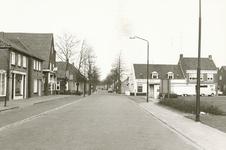 237699 Wilhelminaplein overgaande in de Kanaalstraat:vlnr. Smederij Breuer, Huis met hoog dak ,cafe van de Moosdijk, ...