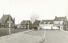 237700 Overzicht van Wilhelminaplein en de Kanaalstraat: links cafe van de Moosdijk,er tegenover de bushalte. ...