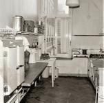 3442 keuken; zuigelingenafdeling; drinkflessen; aanrecht; keukengerei; koelkasten, 1966