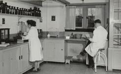 3725 apotheek; medewerkers, 1953