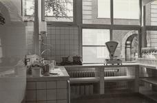 4724 keuken; zuigelingenafdeling; drinkflessen; aanrecht; keukengerei; koelkasten, 1967