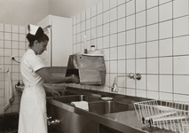 4725 keuken; zuigelingenafdeling; drinkflessen; aanrecht; keukengerei; koelkasten, 1967