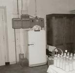 4748 ijskast; elektrische installatie; kast; mand; melkflessen; tafel, 1967