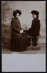 332 Aanvulling fotomateriaal BesierPortretfoto van twee jongedames, namen vermeld op achterzijde van de fotoansicht: ...