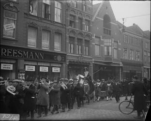 285 Glasnegatievencollectie JW JansenDagelijks leven. Aankomst Sint Nicolaas in Deventer. Hier op de Brink bij het pand ...