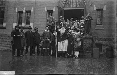 289 Glasnegatievencollectie JW JansenDagelijks leven. Sint Nicolaas bij de B.L.O. school