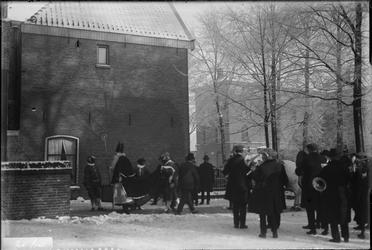 296 Glasnegatievencollectie JW JansenDagelijks leven. Sinterklaas lopend naar B.L.O.school