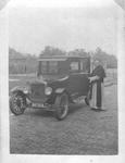 265002 Kruisheer J. Campman met zijn T-Ford uit 1920, vermoedelijk te St. Agatha