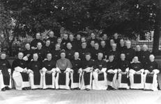 265005 Groepsfoto met deelnemers aan het generaal kapittel in het kruisherenklooster te Uden