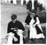 265006 Kruisheren Frans Vermeulen en Harrie Leermakers in de kloostertuin van het klooster te St. Agatha