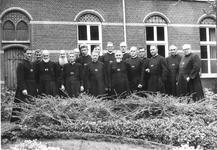 265007 Groepsfoto van broeders kruisheren genomen aan de achterzijde van het klooster te St. Agatha